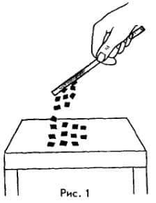стеклянная палочка притягивает кусочки бумаги